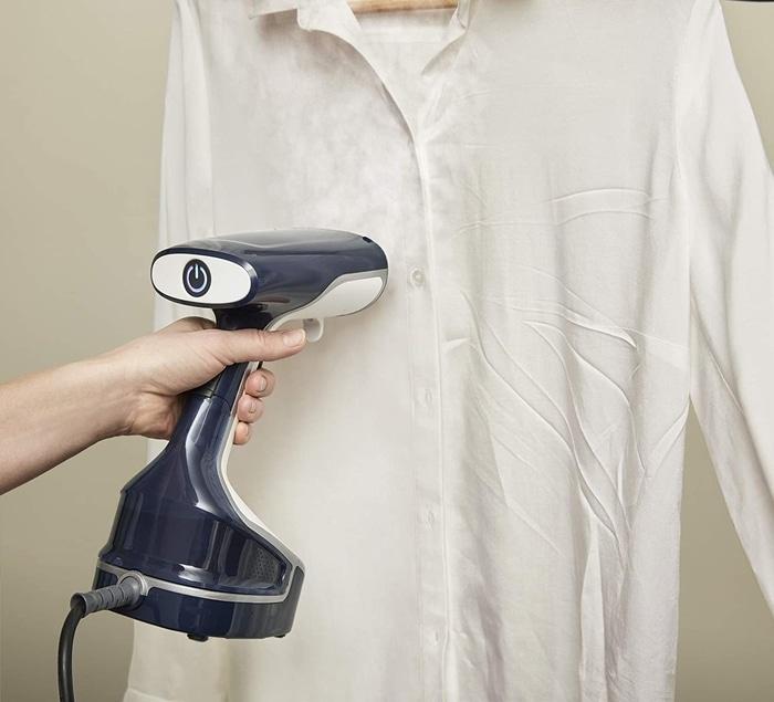 Entretien des textiles avec un nettoyeur vapeur à main et son défroisseur vapeur
